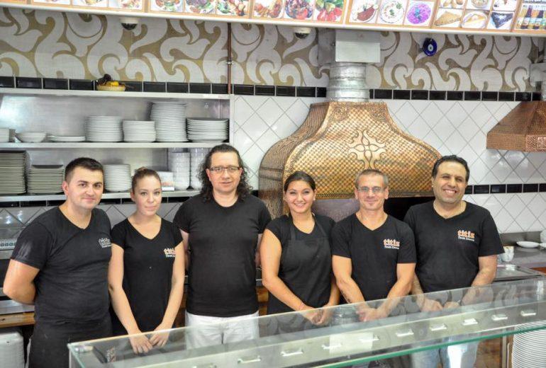 Titiz török étterem munkatársai